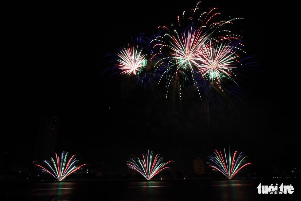 Đội pháo hoa Anh và Trung Quốc tỏa sáng bầu trời Đà Nẵng - Ảnh 4.
