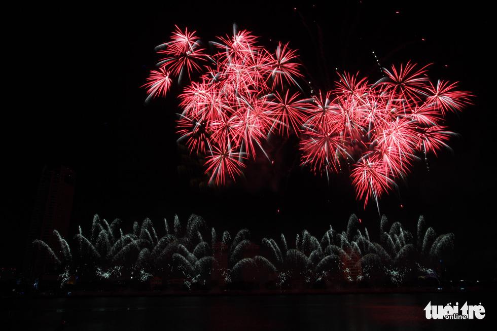 Đội pháo hoa Anh và Trung Quốc tỏa sáng bầu trời Đà Nẵng - Ảnh 5.