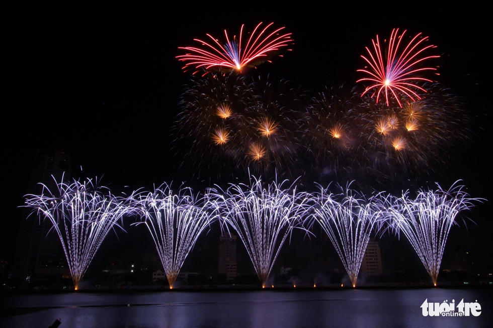 Đội pháo hoa Anh và Trung Quốc tỏa sáng bầu trời Đà Nẵng - Ảnh 1.