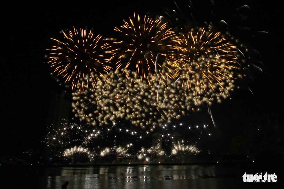 Đội pháo hoa Anh và Trung Quốc tỏa sáng bầu trời Đà Nẵng - Ảnh 8.