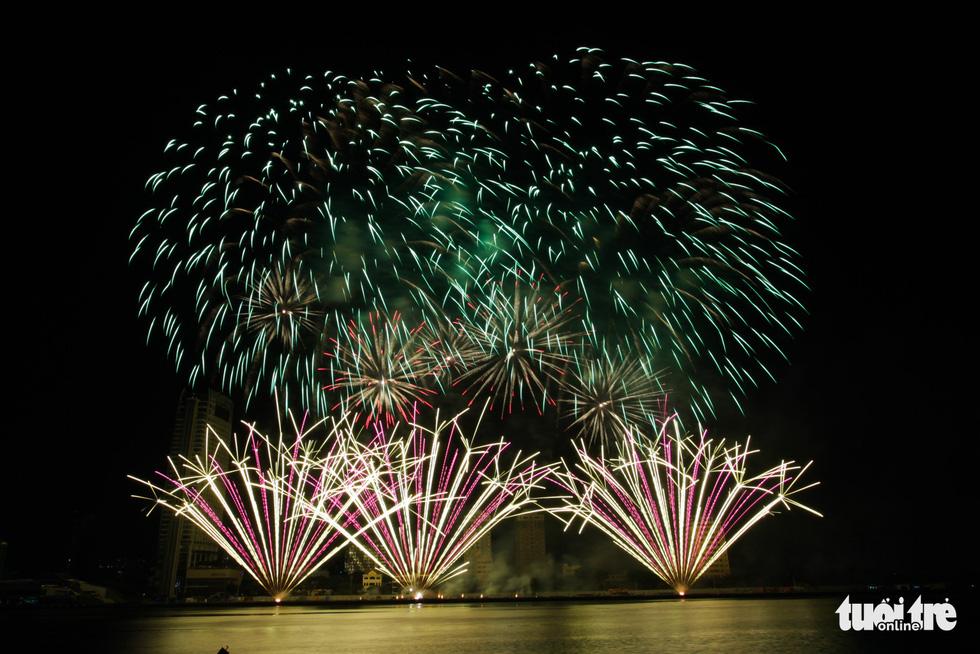 Đội pháo hoa Anh và Trung Quốc tỏa sáng bầu trời Đà Nẵng - Ảnh 10.