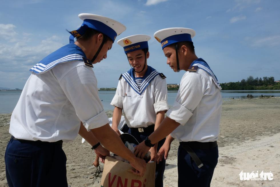4.000 cán bộ, chiến sĩ hải quân cùng nhau làm sạch biển Cam Ranh - Ảnh 2.