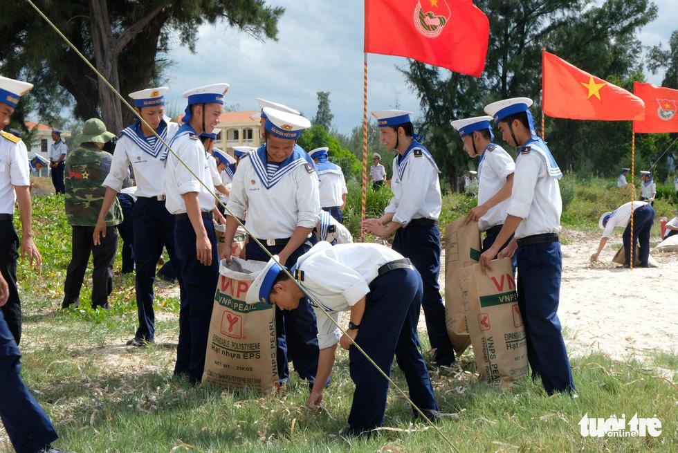 4.000 cán bộ, chiến sĩ hải quân cùng nhau làm sạch biển Cam Ranh - Ảnh 3.