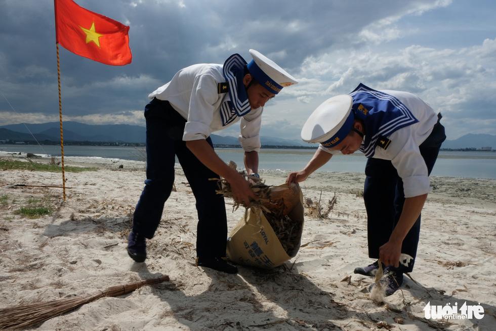 4.000 cán bộ, chiến sĩ hải quân cùng nhau làm sạch biển Cam Ranh - Ảnh 4.