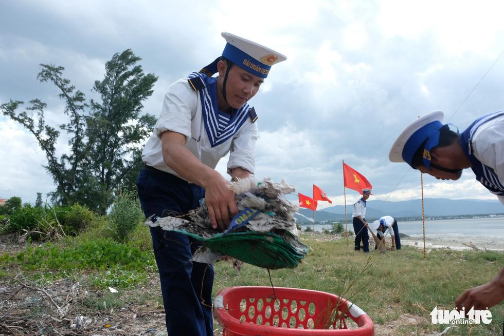4.000 cán bộ, chiến sĩ hải quân cùng nhau làm sạch biển Cam Ranh - Ảnh 5.