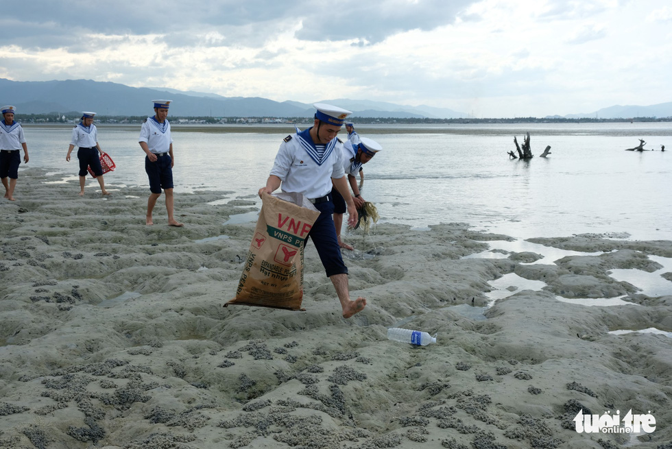 4.000 cán bộ, chiến sĩ hải quân cùng nhau làm sạch biển Cam Ranh - Ảnh 6.