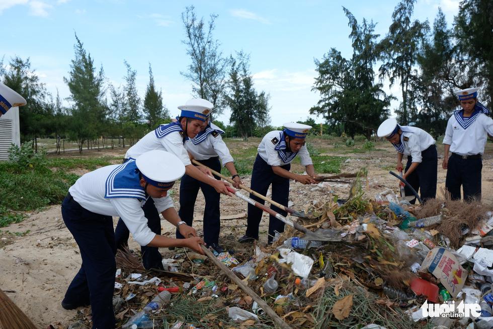 4.000 cán bộ, chiến sĩ hải quân cùng nhau làm sạch biển Cam Ranh - Ảnh 7.