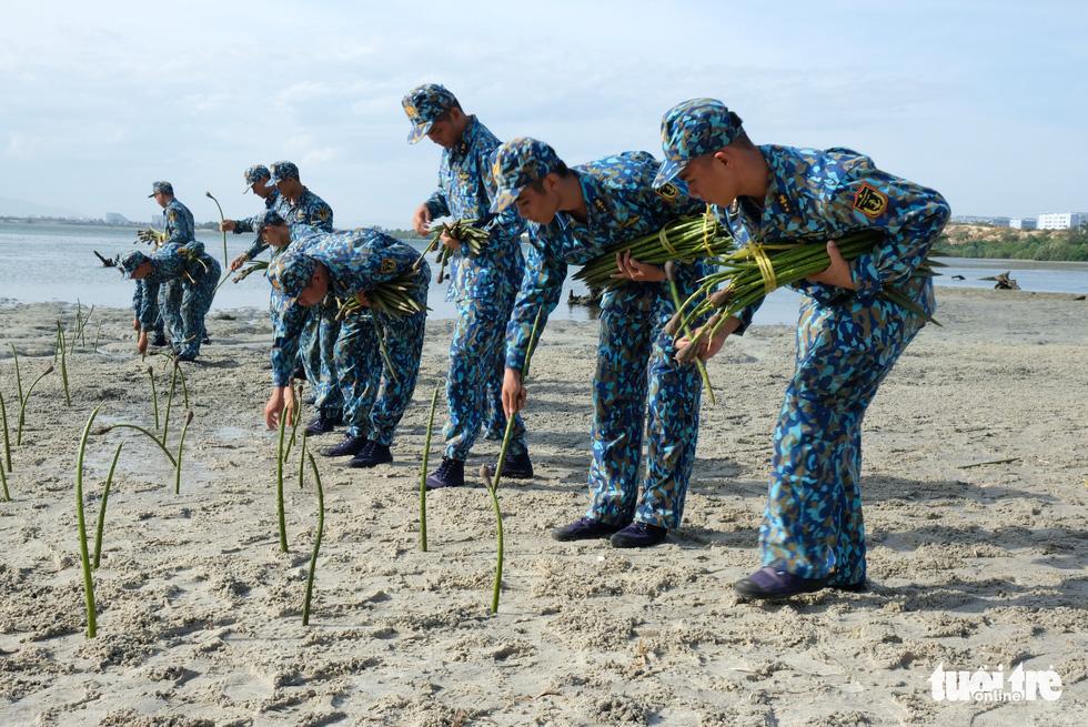 4.000 cán bộ, chiến sĩ hải quân cùng nhau làm sạch biển Cam Ranh - Ảnh 8.