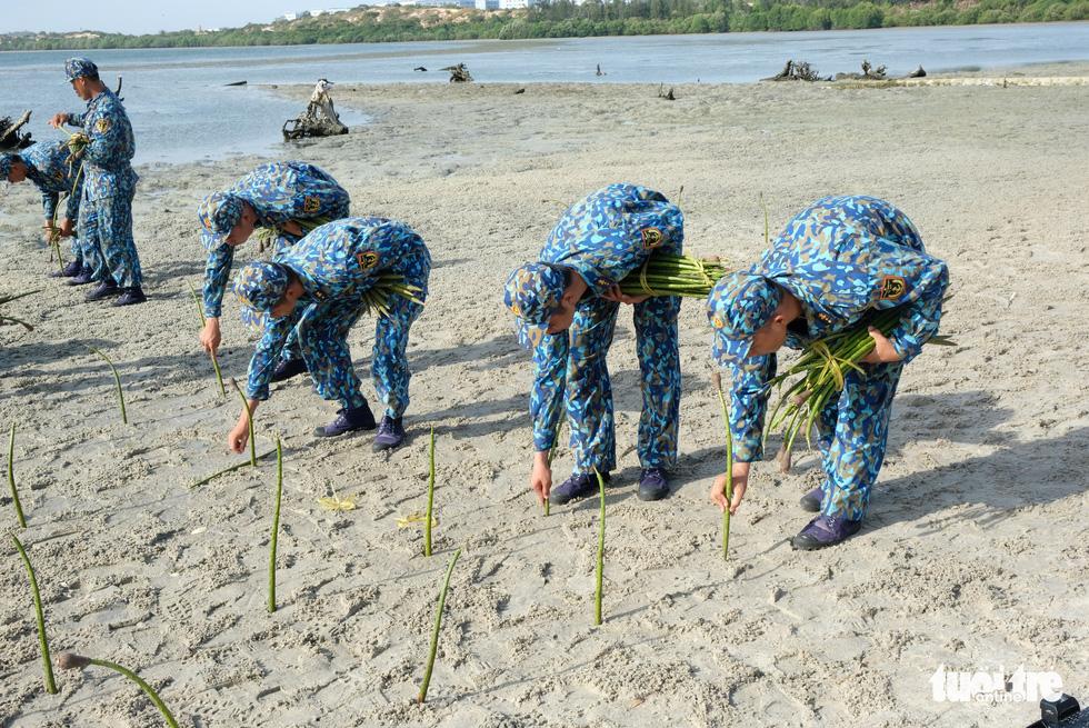 4.000 cán bộ, chiến sĩ hải quân cùng nhau làm sạch biển Cam Ranh - Ảnh 9.