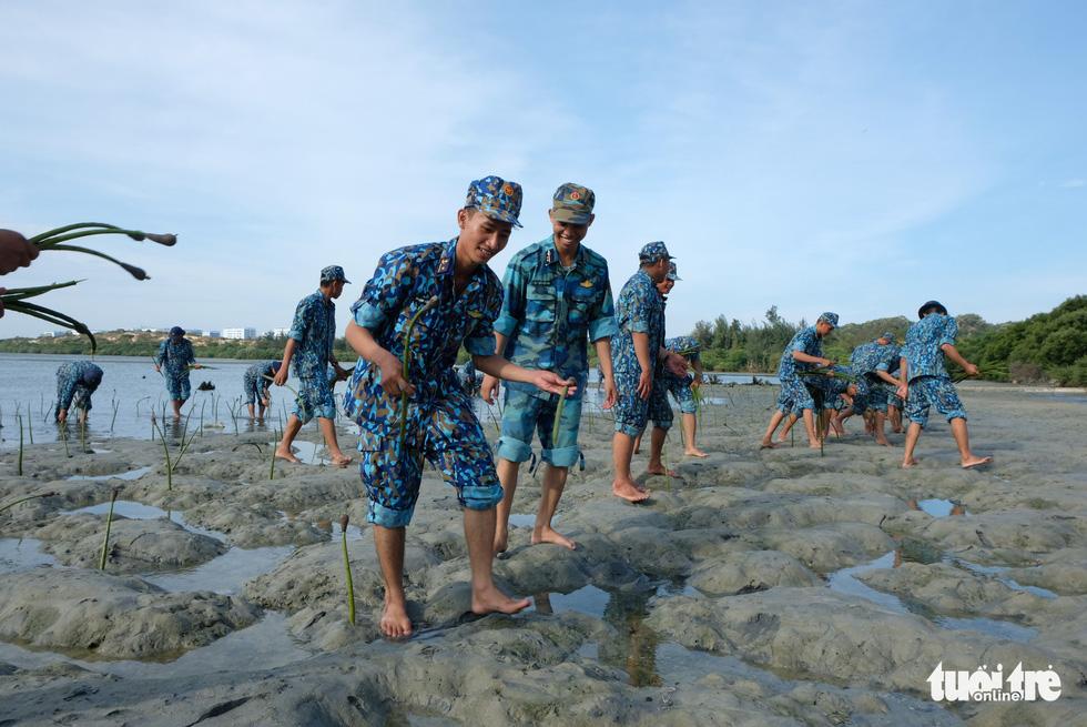 4.000 cán bộ, chiến sĩ hải quân cùng nhau làm sạch biển Cam Ranh - Ảnh 11.