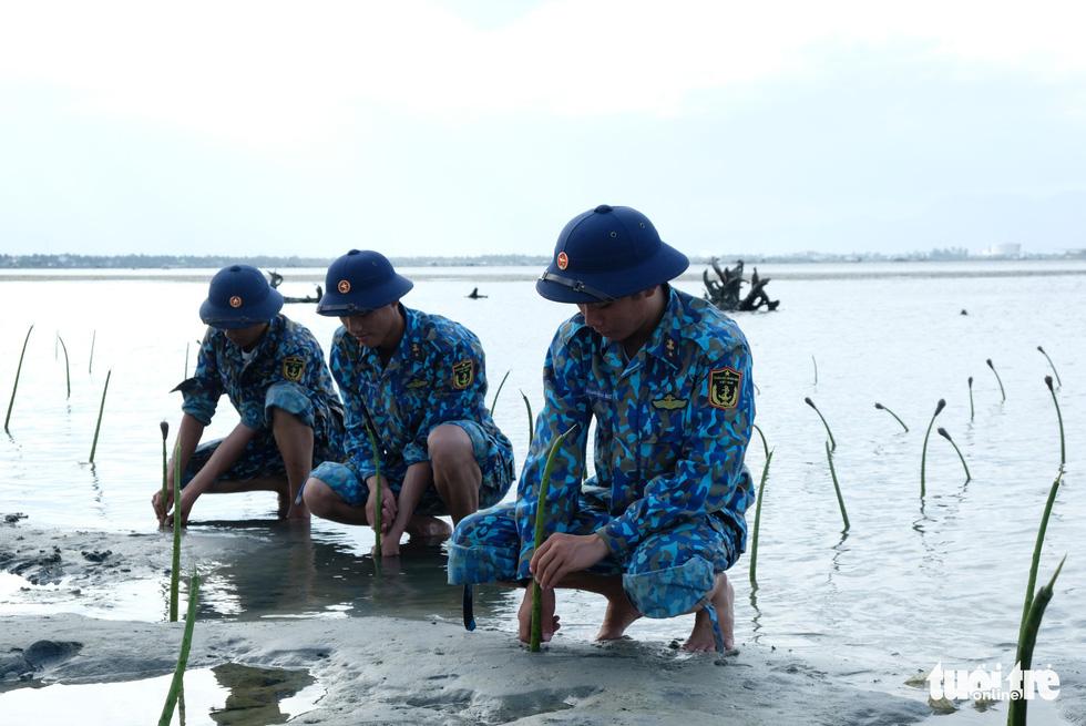 4.000 cán bộ, chiến sĩ hải quân cùng nhau làm sạch biển Cam Ranh - Ảnh 12.
