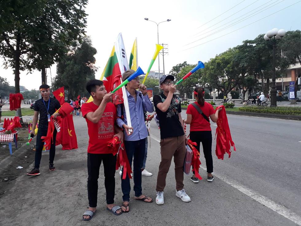 Thành phố Việt Trì đỏ rực, tiếp lửa cho U23 Việt Nam - Ảnh 1.
