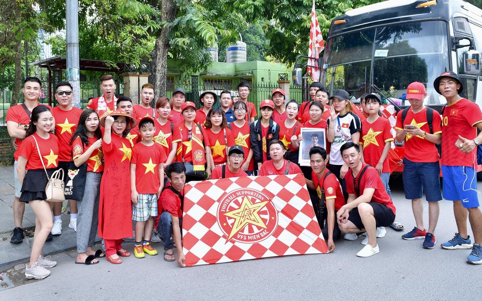 Thành phố Việt Trì đỏ rực, tiếp lửa cho U23 Việt Nam - Ảnh 4.