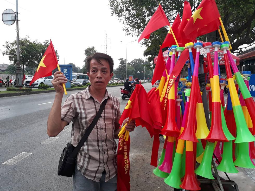 Thành phố Việt Trì đỏ rực, tiếp lửa cho U23 Việt Nam - Ảnh 2.