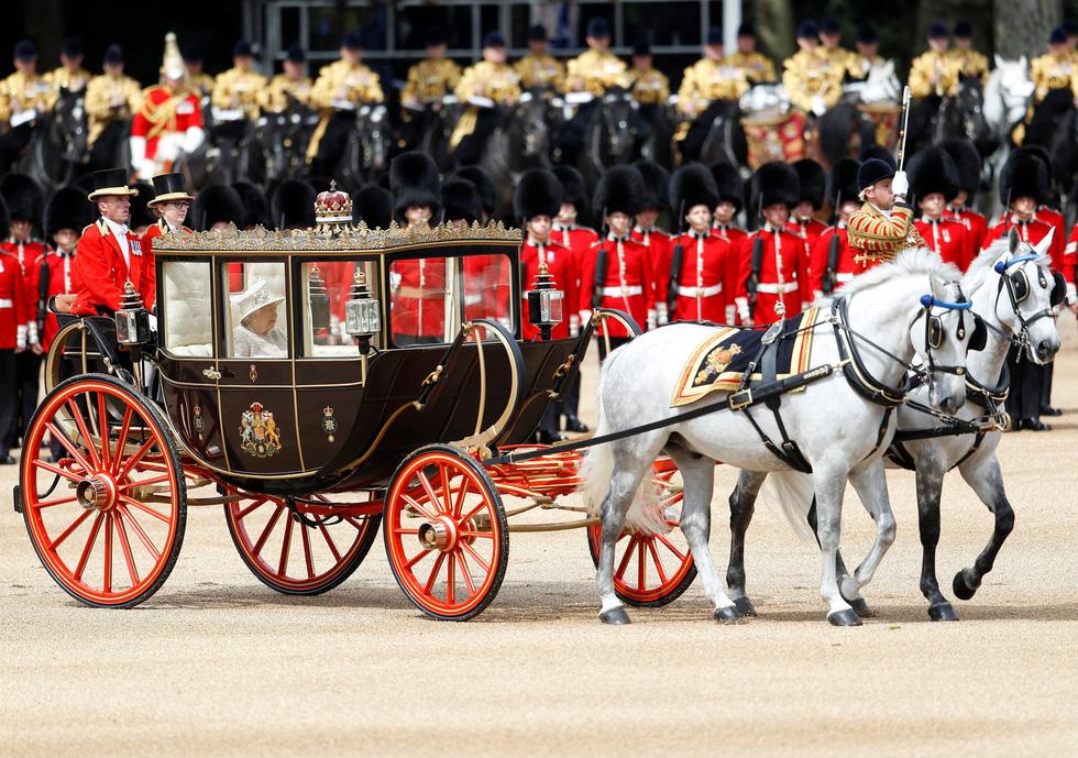 Xem hình ảnh hoành tráng lễ diễu hành mừng sinh nhật Nữ hoàng Anh - Ảnh 6.