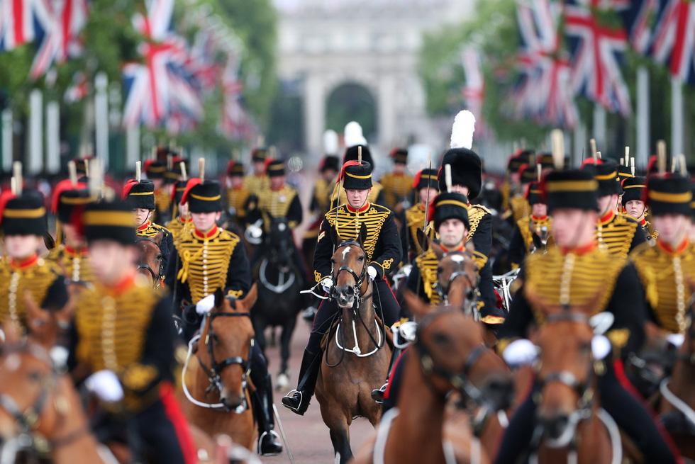 Xem hình ảnh hoành tráng lễ diễu hành mừng sinh nhật Nữ hoàng Anh - Ảnh 4.