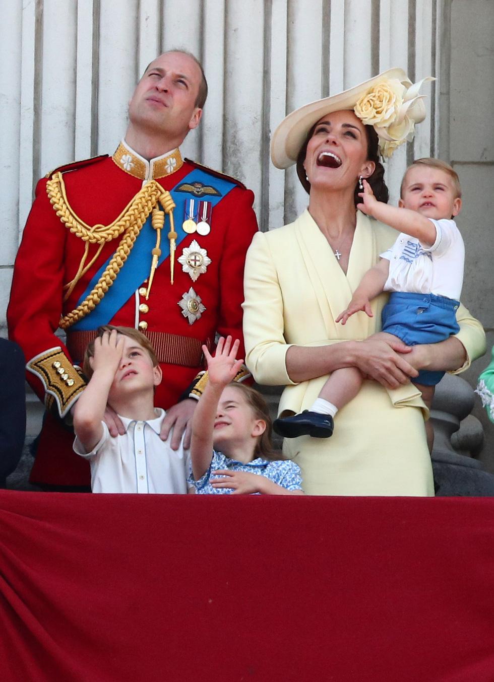 Xem hình ảnh hoành tráng lễ diễu hành mừng sinh nhật Nữ hoàng Anh - Ảnh 11.