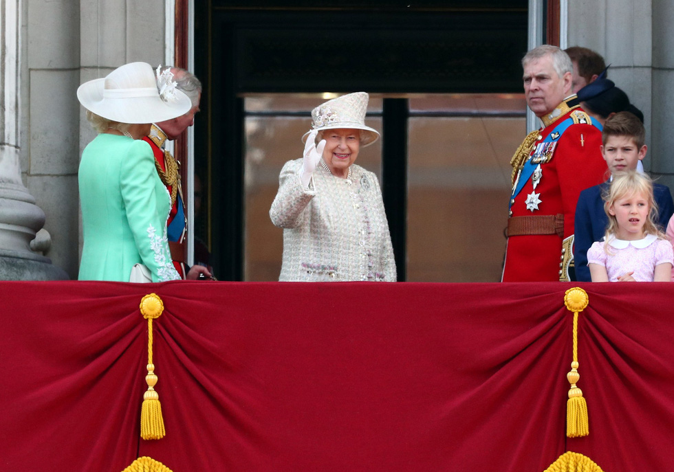 Xem hình ảnh hoành tráng lễ diễu hành mừng sinh nhật Nữ hoàng Anh - Ảnh 1.