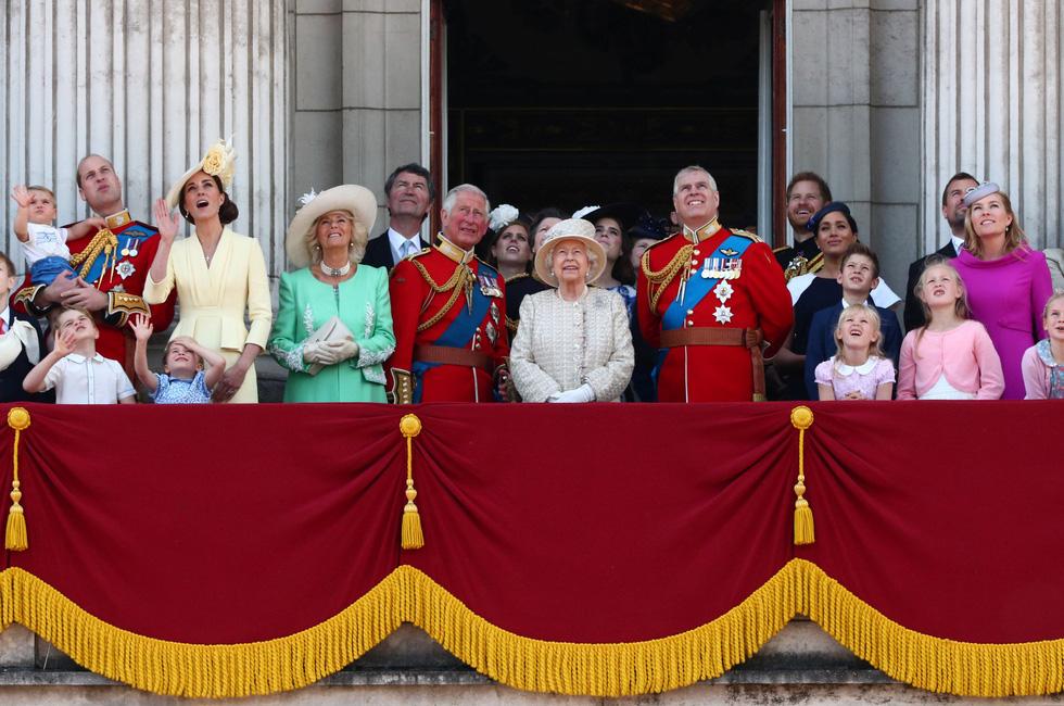 Xem hình ảnh hoành tráng lễ diễu hành mừng sinh nhật Nữ hoàng Anh - Ảnh 9.