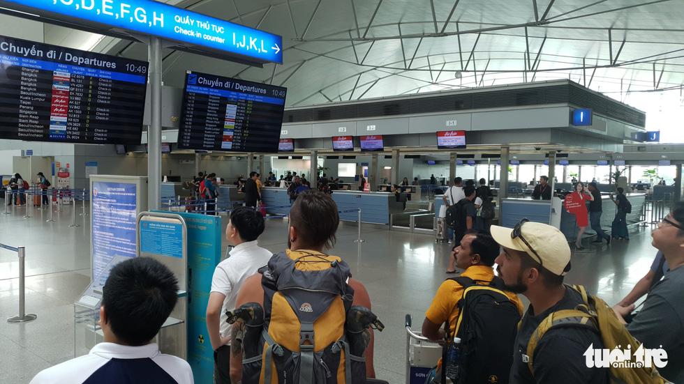 Hành khách hết chói tai với tiếng loa ở nhà ga quốc tế Tân Sơn Nhất - Ảnh 1.