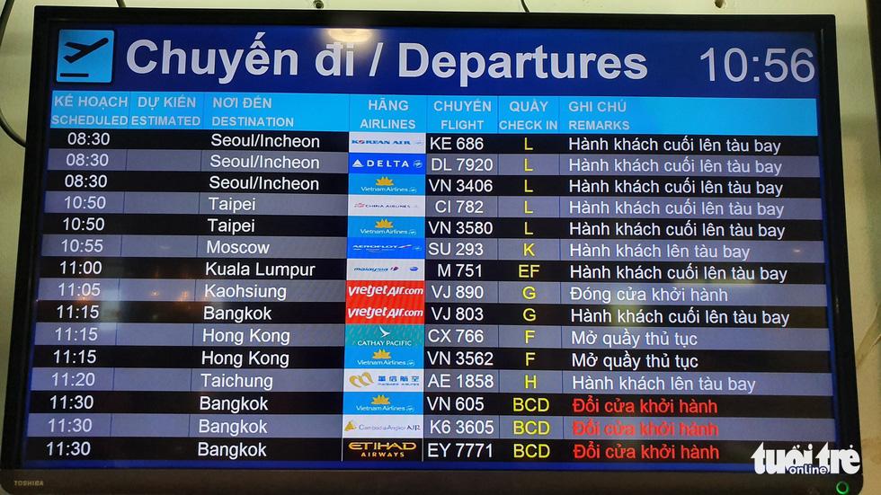 Hành khách hết chói tai với tiếng loa ở nhà ga quốc tế Tân Sơn Nhất - Ảnh 3.