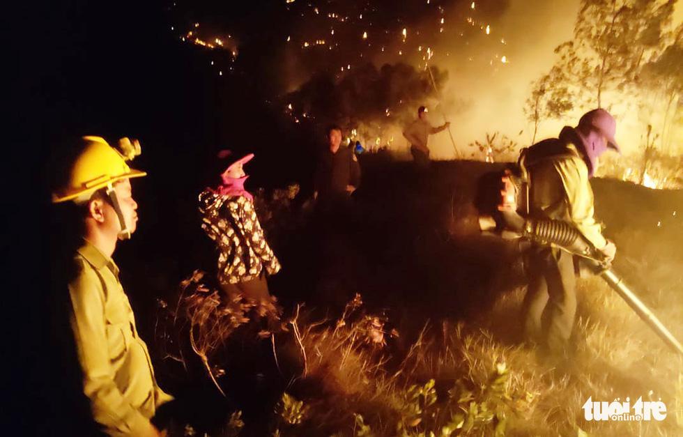 Quân dân căng mình ngày đêm chữa cháy cứu rừng - Ảnh 9.