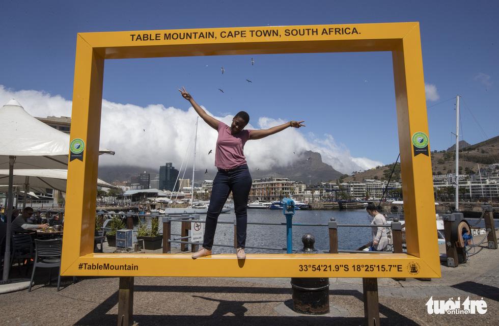 Thót tim ngắm sư tử từ xe mui trần ở Nam Phi - Ảnh 2.