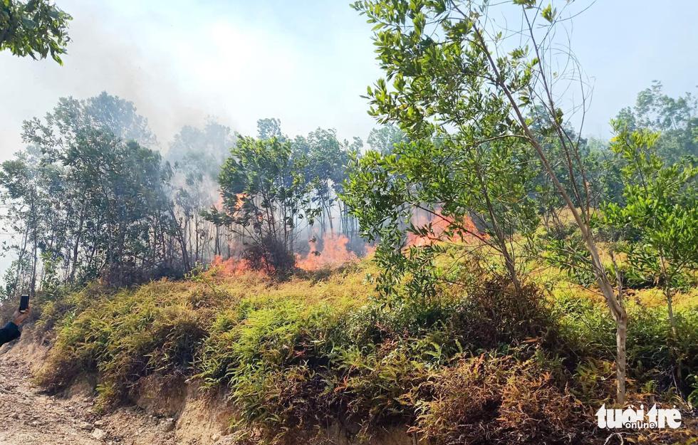 Quân dân căng mình ngày đêm chữa cháy cứu rừng - Ảnh 2.