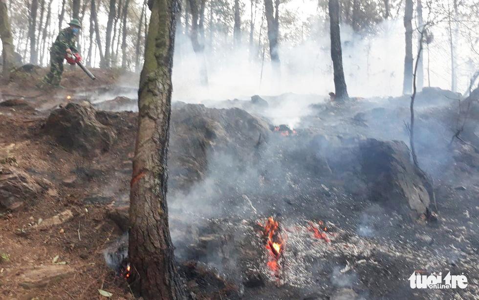 Quân dân căng mình ngày đêm chữa cháy cứu rừng - Ảnh 11.