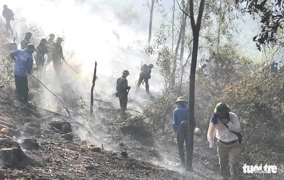 Quân dân căng mình ngày đêm chữa cháy cứu rừng - Ảnh 7.
