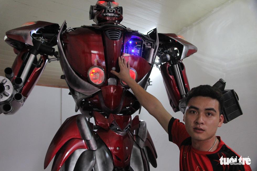 Làm robot khổng lồ từ phế liệu nhựa - Ảnh 6.