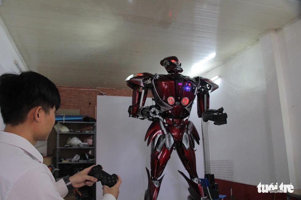 Làm robot khổng lồ từ phế liệu nhựa - Ảnh 7.
