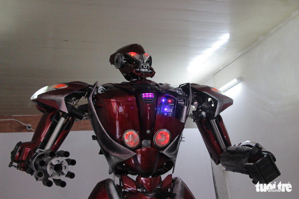 Làm robot khổng lồ từ phế liệu nhựa - Ảnh 8.