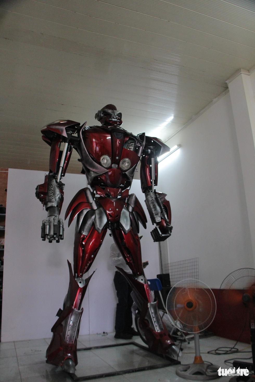 Làm robot khổng lồ từ phế liệu nhựa - Ảnh 9.