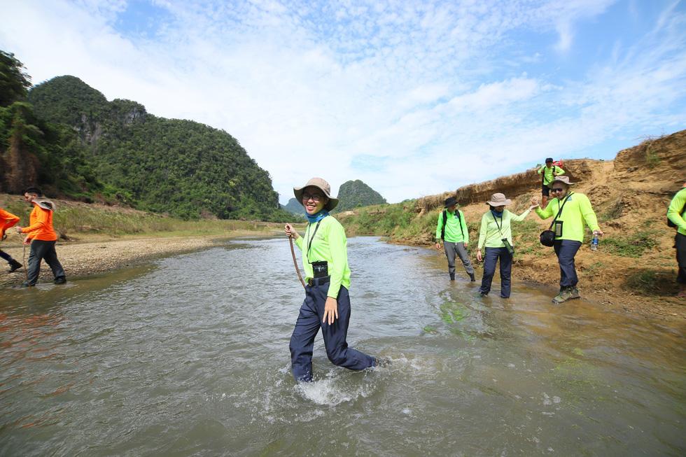 6 YouTuber nổi tiếng thế giới đến Việt Nam bơi sông ngầm quảng bá du lịch - Ảnh 4.
