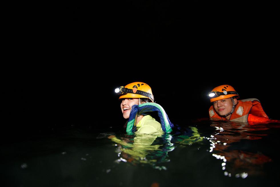 6 YouTuber nổi tiếng thế giới đến Việt Nam bơi sông ngầm quảng bá du lịch - Ảnh 7.