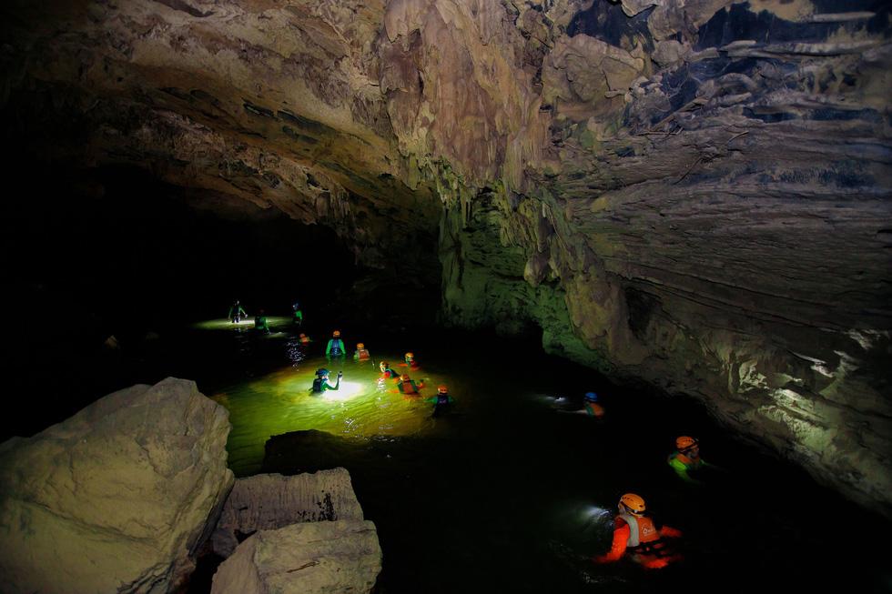 6 YouTuber nổi tiếng thế giới đến Việt Nam bơi sông ngầm quảng bá du lịch - Ảnh 1.