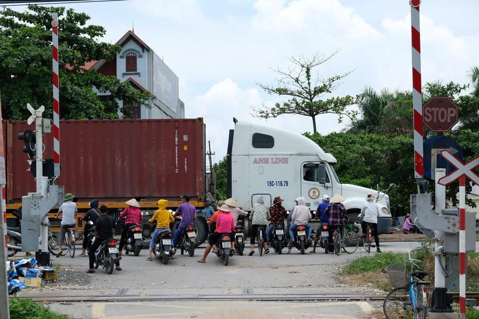 Sau vụ tai nạn 6 người chết ở Hải Dương, người dân vẫn liều mình qua đường - Ảnh 1.