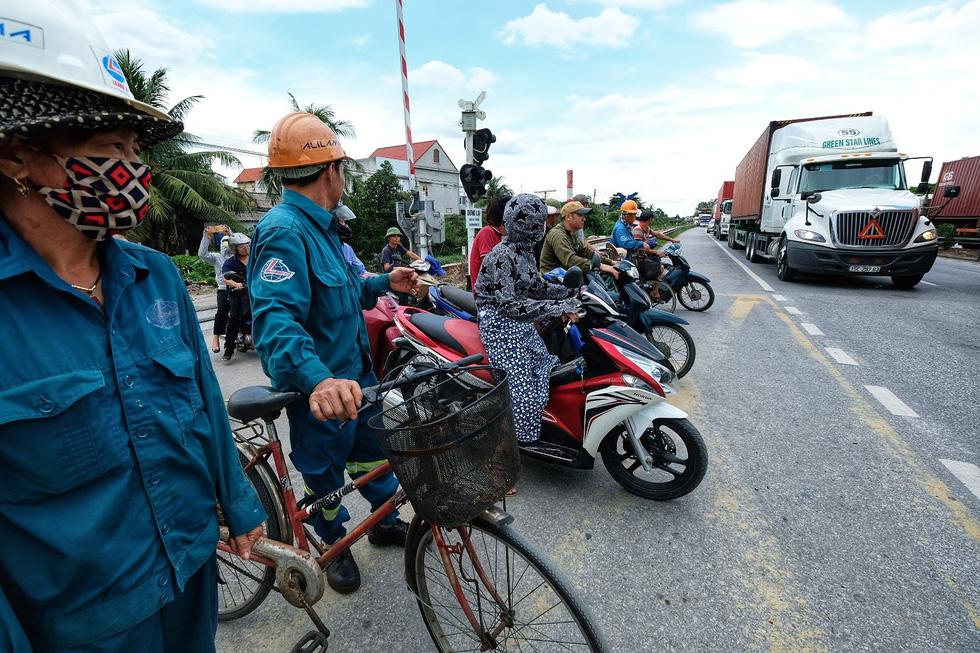 Sau vụ tai nạn 6 người chết ở Hải Dương, người dân vẫn liều mình qua đường - Ảnh 2.