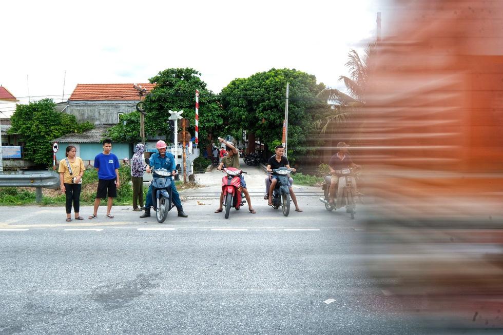 Sau vụ tai nạn 6 người chết ở Hải Dương, người dân vẫn liều mình qua đường - Ảnh 4.
