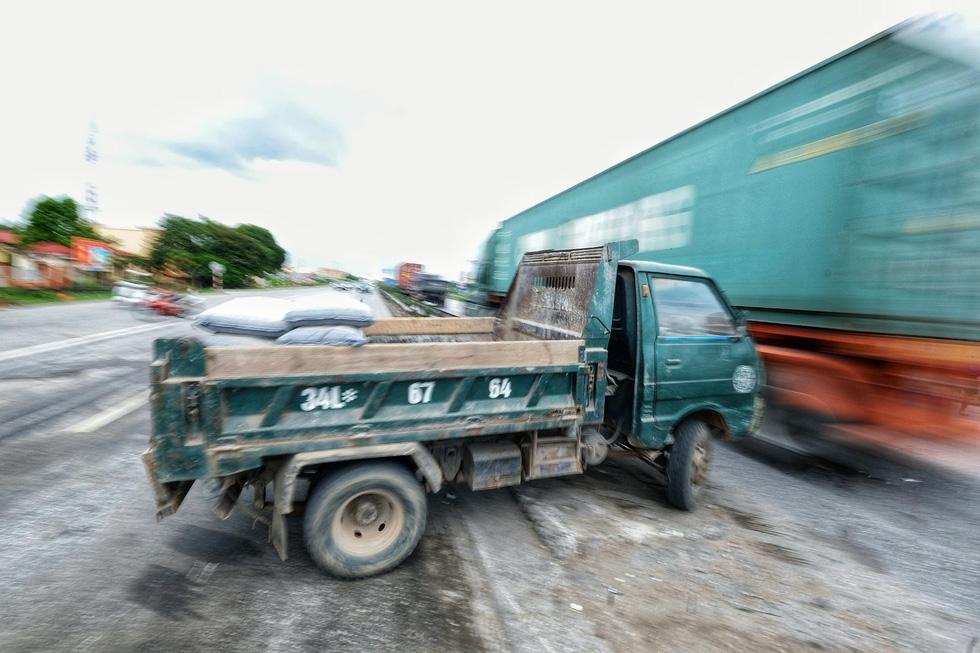 Sau vụ tai nạn 6 người chết ở Hải Dương, người dân vẫn liều mình qua đường - Ảnh 6.