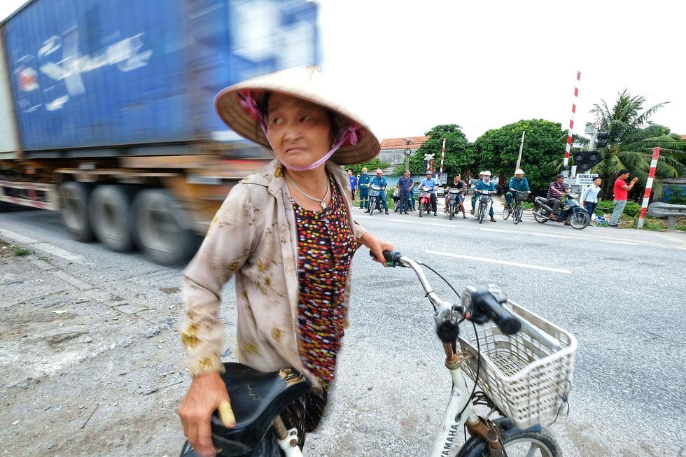 Sau vụ tai nạn 6 người chết ở Hải Dương, người dân vẫn liều mình qua đường - Ảnh 3.