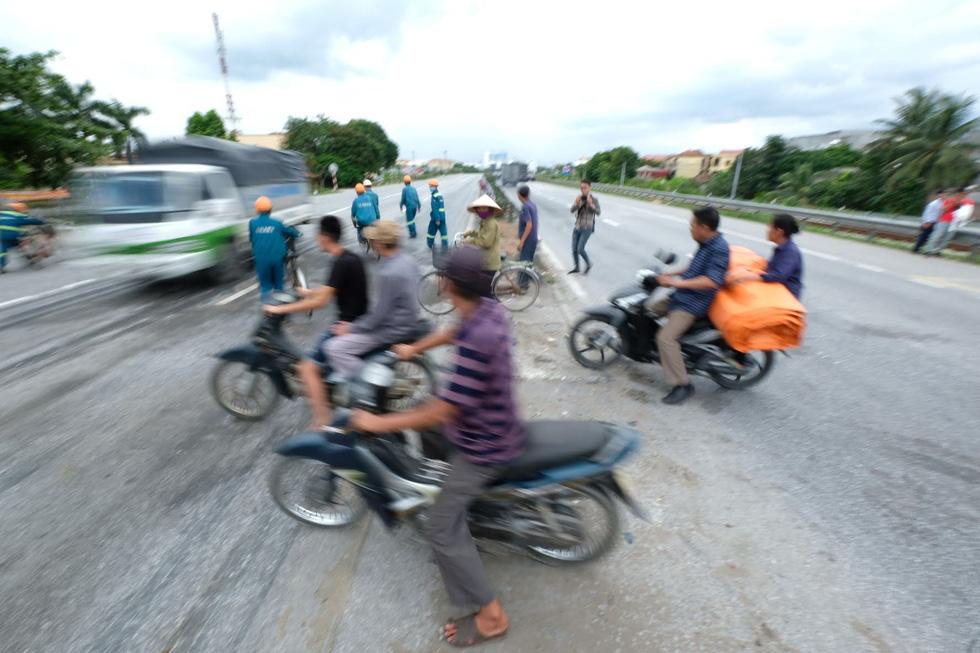Sau vụ tai nạn 6 người chết ở Hải Dương, người dân vẫn liều mình qua đường - Ảnh 5.