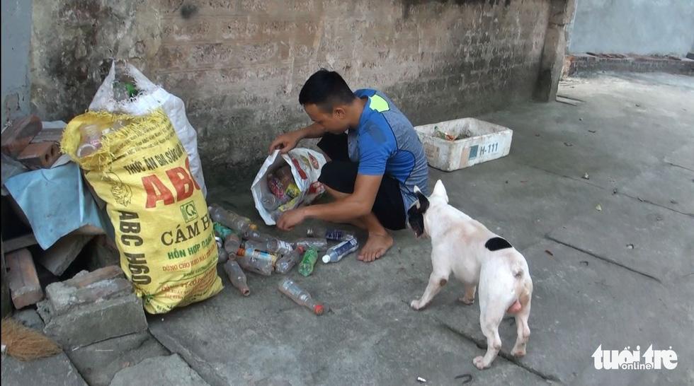 Vựa ve chai của chú chó đáng yêu tại Hà Nội - Ảnh 3.