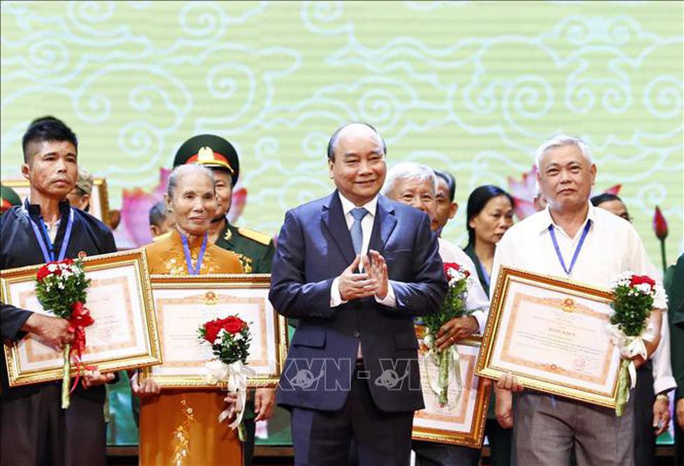 Thủ tướng Nguyễn Xuân Phúc tri ân thương bệnh binh và người có công - Ảnh 1.