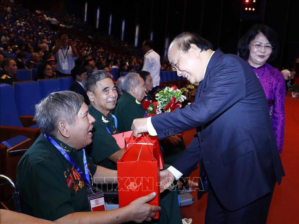 Thủ tướng Nguyễn Xuân Phúc tri ân thương bệnh binh và người có công - Ảnh 2.