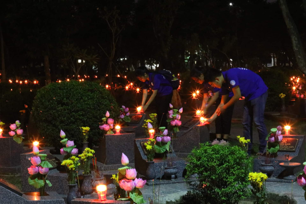 Hàng ngàn ngọn nến tri ân thắp sáng nghĩa trang liệt sĩ TP.HCM - Ảnh 5.