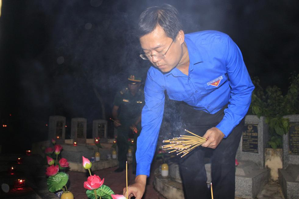 Hàng ngàn ngọn nến tri ân thắp sáng nghĩa trang liệt sĩ TP.HCM - Ảnh 4.