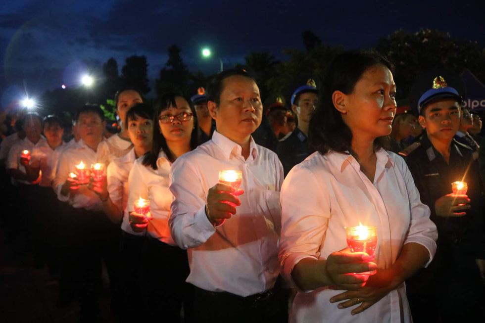 Hàng ngàn ngọn nến tri ân thắp sáng nghĩa trang liệt sĩ TP.HCM - Ảnh 6.