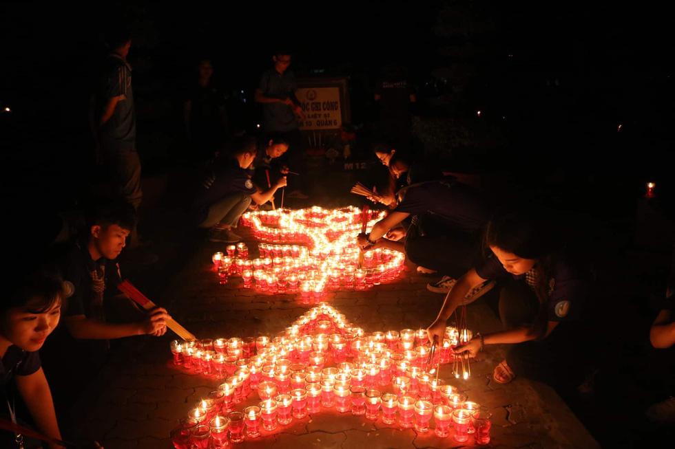 Hàng ngàn ngọn nến tri ân thắp sáng nghĩa trang liệt sĩ TP.HCM - Ảnh 1.